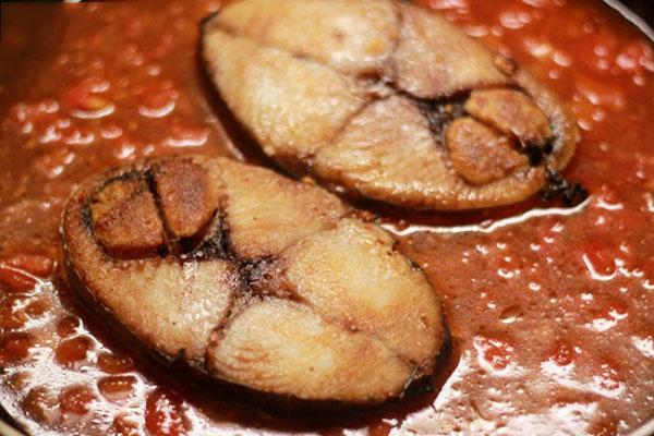 Sau khi làm xong sốt cà chua thì cho cá thu vào